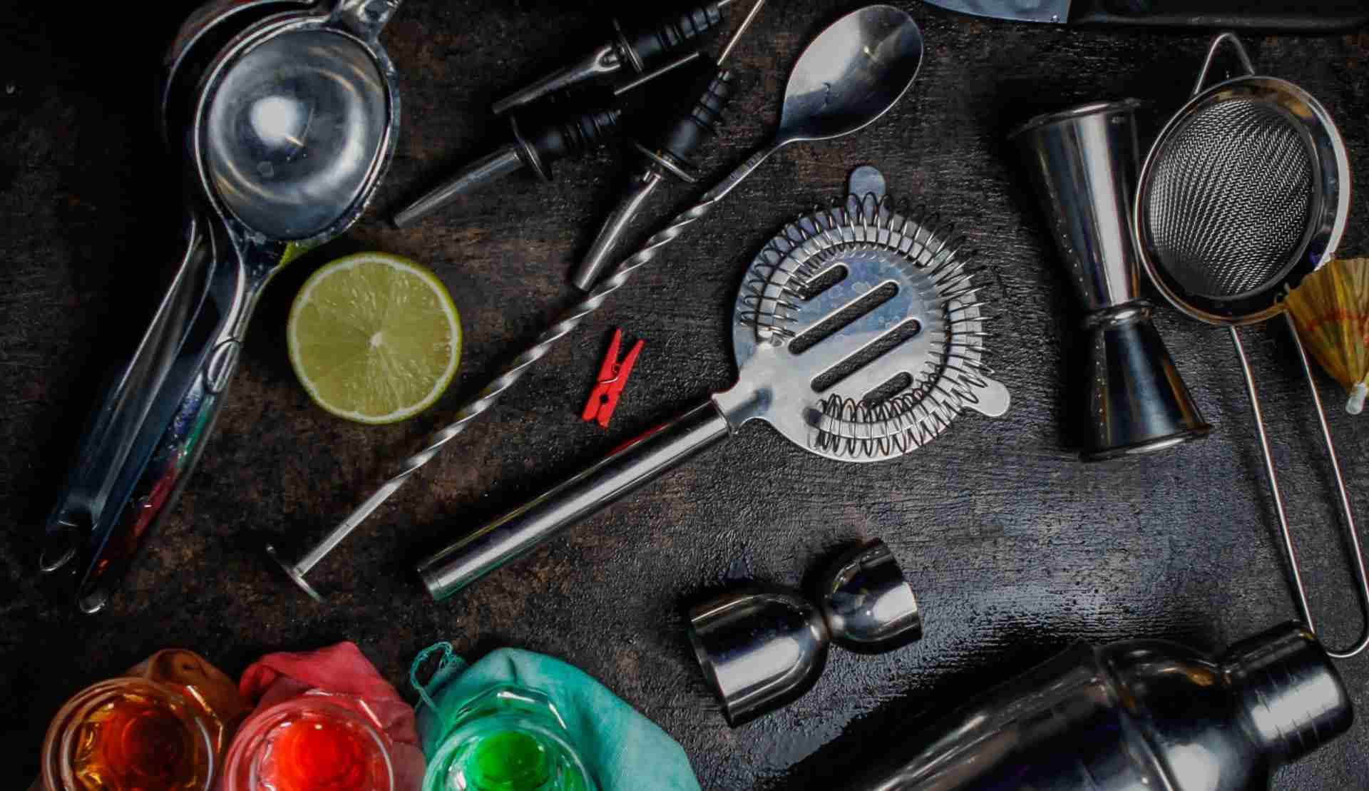 Utensilios de coctelería lista básica de herramientas y materiales para hacer cocteles como un auténtico bartender