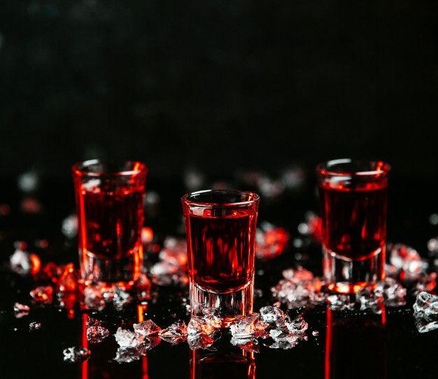Segunda bebida de la lista de 5 chupitos para halloween, chupitos rojo sangre
